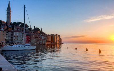 sunset-over-the-ocean-idyllic-seaside-town-coastal-3GUVAQL