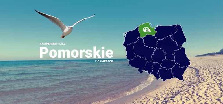mapa Polski z zaznaczonym województwem pomorskim i kamperem, na tle bałtyckiej plaży w słoneczny dzień.