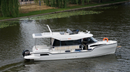 For demanding customers, the SunCamper 35 motor yacht